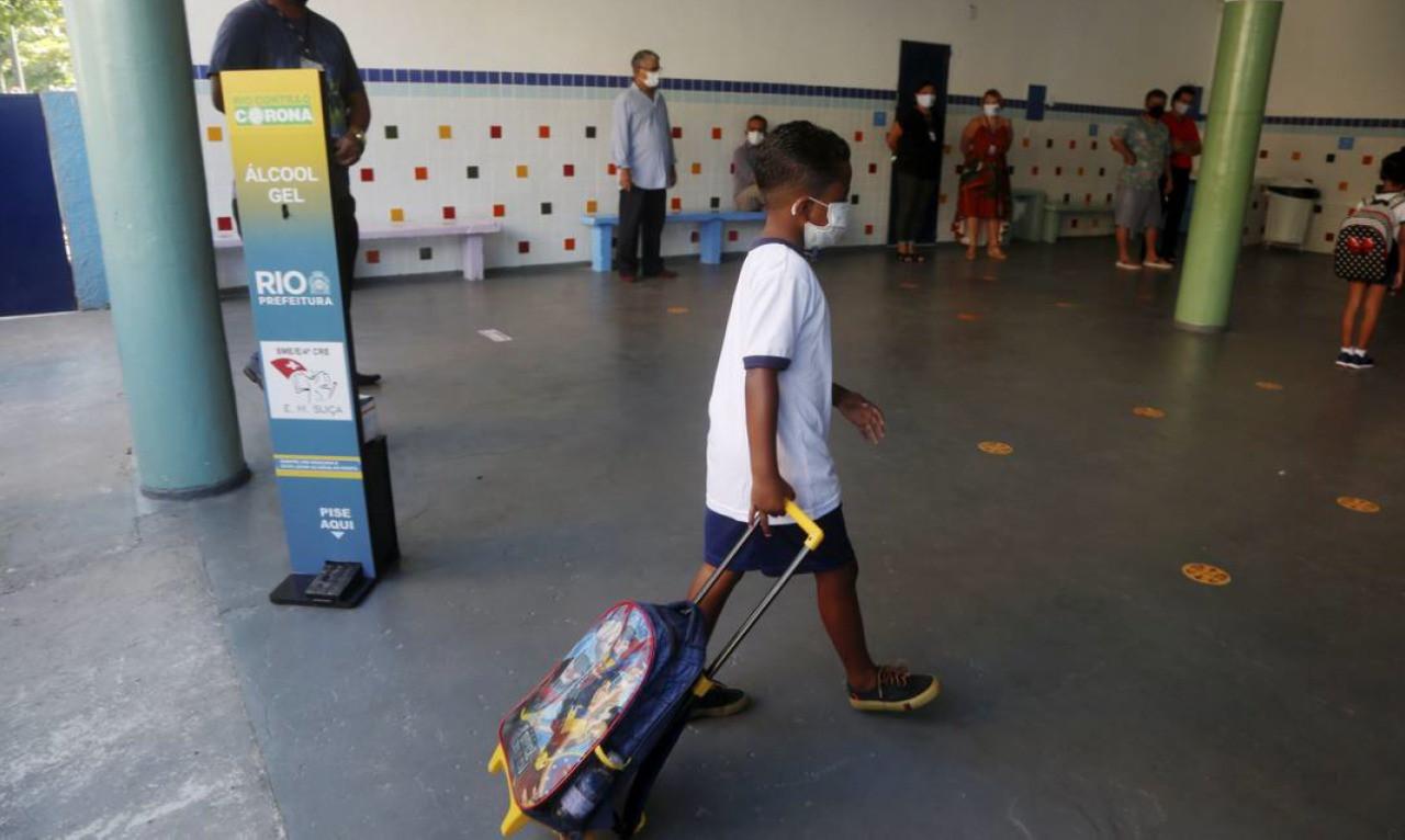 Ensino remoto no Brasil foi feito principalmente com material impresso e aula no WhatsApp, mostra pesquisa